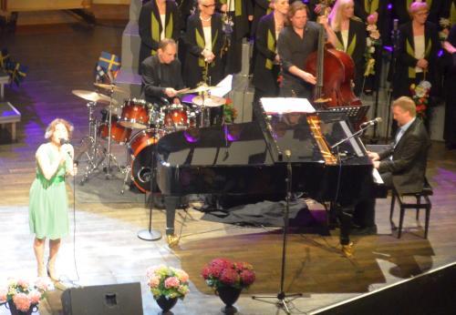 Helen Sjöholm med musiker
