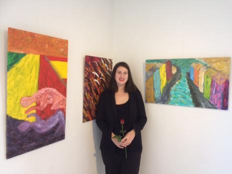 Amanda Barr Sveden hade målat tre olika tavlor med inspiration från Kuba. Hon har döpt dem till våldtäkten, slaktaren och fasaden, och symboliserar Kubas blodiga historia.