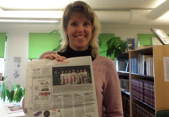 Vår bibliotekarie Sabina visar upp en bild på årets luciatåg.