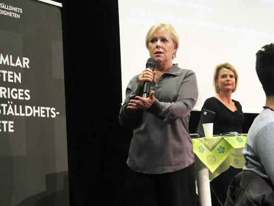 Lena Ag (tv), Jamys generalsekreterare och Åsa Regnér (i bakgrunden), jämställdhetsministern, besökte Angeredsgymnasiet.