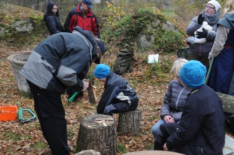Chrisian visar sina unga scouter hur man gör späntved inför eldningen.