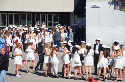 Finklädda elever samlas utanför aulan.