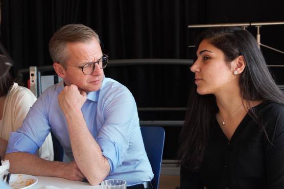 Elevkårens ordförande fick en lunch med näringsministern och kunde berätta hur skoldemokratin fungerar i Angered.