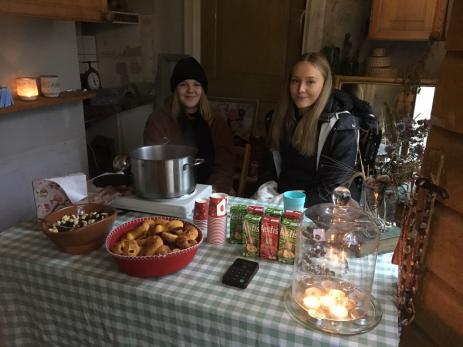 Sahra Olofsson och Tea Mattisson satt i en av de gamla byggnaderna på Hoby Kulle som hade öppnats upp inför julmarknaderna. Här sålde de kaffe, varm glögg, nybakade pepparkakor och lussekattor till sugna besökare.