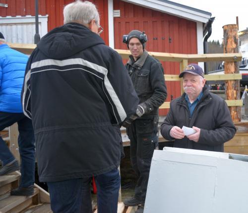 Curt Sundqvist delade ut lunchbiljetter på Ullångers Hotell&<span>Restaurang</span>till alla när de steg avm/s Rånö