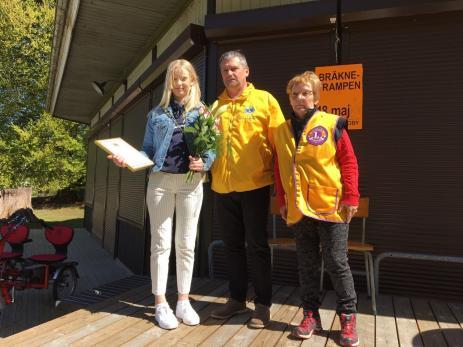 Louise Edvardsson blev årets ungdomsstipendiat och fick ta emot diplom, blommor och ett kuvert av Tonny Wanström och Kristina Rubiér som kom från Lions.
