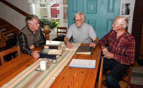 Bo-Lennart Andersson lämnade över värdepappren till Christer Johansson och Hembygdsföreningens ordförande Leif Karlsson.
