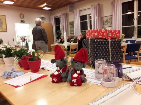 Hantverket som är tillverkade av Stickcafeéts deltagare auktioneras sedan ut och pengarna skänks dels till Svenska Kyrkans internationella arbete, men också till Läkare Utan Gränser och Operation Smile.