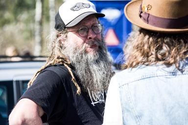 Ulf Nilsson från Kulturbolaget Bara Gört i samspråk med en av besökarna.