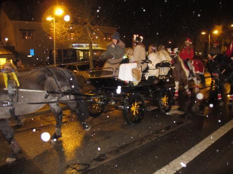 Liksom tidigare år kom Sporrens lucia med häst och vagn, där hennes tärnor också fick åka med.