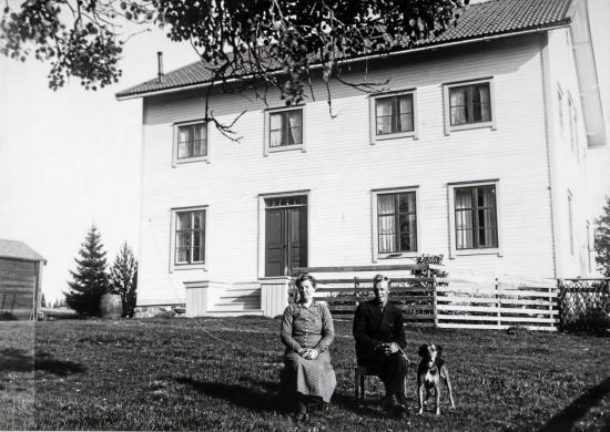 <span>Foto från 1930-talet med dåvarande ägaren Hilma &Aring;man och sonen Emanuel.</span>