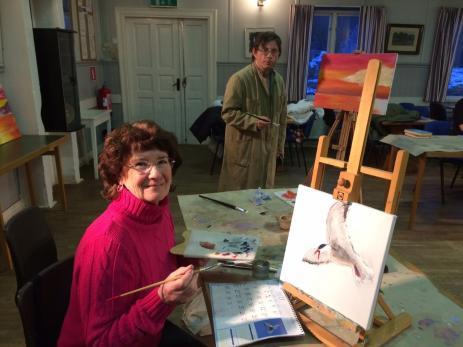 Inger Nordström och Jan-Åke Larsson ser båda fram emot onsdagskvällarna då det är dags att gå till målarkursen på Folkets Hus i Bräkne-Hoby.