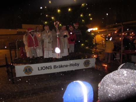 Det blev en riktigt fin julstämmning med det vackra luciatåget och den vita snön som samtidigt föll under kvällen.