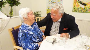 Gudsonen Bert Petersson fick en trevlig pratstund med sin 100-åriga gudmor.