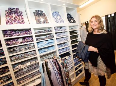 Mia Hjelte Antonsson visar en de av sitt nya sortiment. Herrskjortor från Oscar of Sweden och och Ciszere.