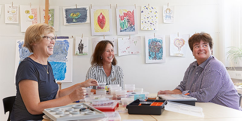 Kraft och inspiration. Det får cancerberörda på Kraftens hus. Här jobbar Pia Bredegård (mitten) som patient- och närståendeföreträdare.