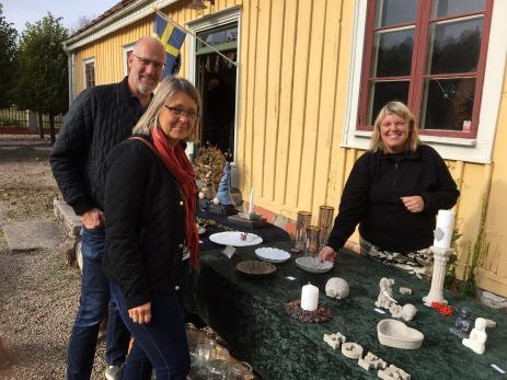 Nina Persson gör olika saker av betong, något som Marja och Per Pettersson tyckte var intressant.