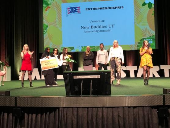 New Buddies tog hem storslam - 50000 kronor när JCE-gruppen delade ut pris för årets Bästa företagsidé på Svenska Mässan. Fr v Louice Rosdahl, JCE, Fardowsa Iid, Bahar Arman, Mariam Kakhi, Maida Ali, Mohamed Abdullahi och UF-konferenciärerna Sofia Lundahl och Isabelle Svahn.