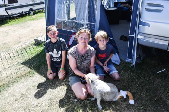– Här är helt fantastiskt, barnvänligt, nära till bad och inte minst, lungt och fridfullt, säger Jane Johansson Löf som tillsammans med sin familj gör sitt första år på Åsa-området.