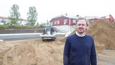 Johan Sala framför tillbygget vid Alfredssons i Bollebygd.