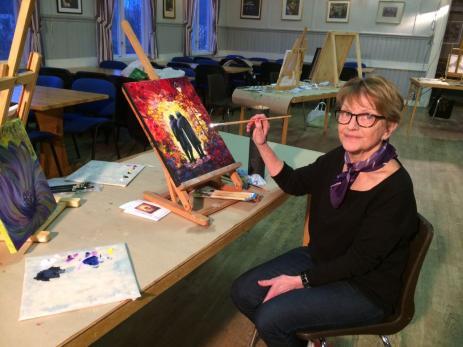 Kerstin Karlsson har alltid varit intresserad av konst och målning, men började inte själv måla förrän hon blev pensionär.<br /><br /><br />
