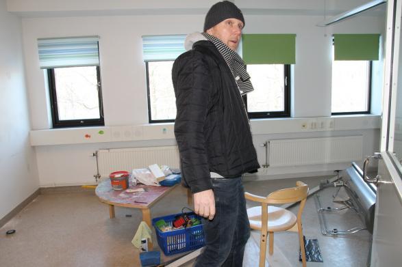 Stefan har jobbat hårt med att riva en vägg och spackla några andra.