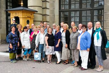 Hedersuppdraget att medverka vid en söndagsgudstjänst i Slottskyrkan är över.<br />Nöjda sångare utanför slottet i Stockholm.