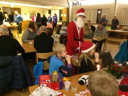 I och utanför församlingshemmet i Väring är det julstämning, försäljning, fika, underhållning.