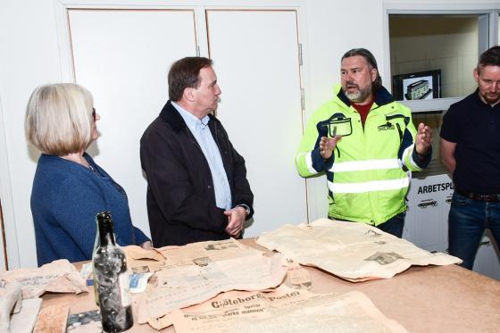 Här får Ulla och Stefan Löfven mer information om de gamla tidningarna som hittats i väggar och golv i samband med ombyggnaden av Posthuset.