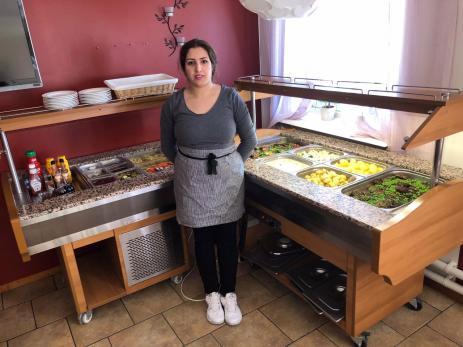 Zeinab Karim Kheiri har två kötträtter och en vegetarisk rätt på sin lunchbuffé på Bräkne-Krogen.