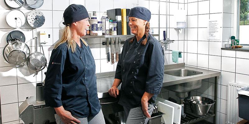 I köket på förskolan. Birgitta Helsing och Annika Olsson är kockar på Kransmossens förskola.