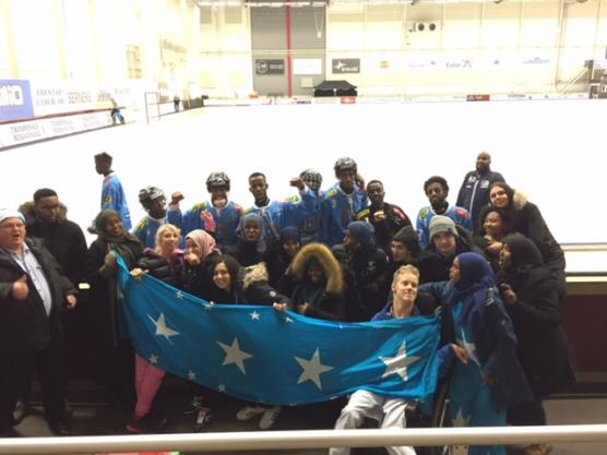 Delar av den somaliska hejaklacken från EK2 tillsammans med flera av landslagsspelarna från det somaliska laget.