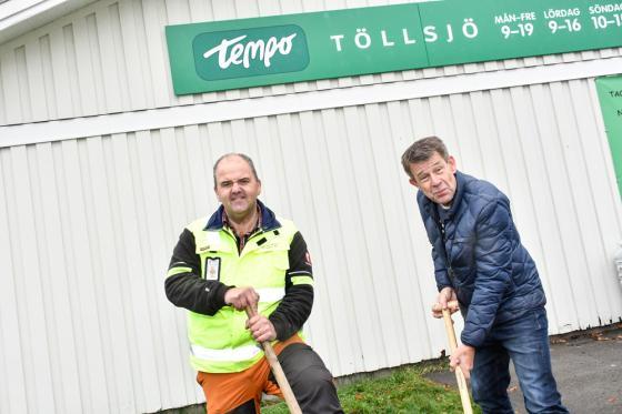 Stefan Hederdal och Claes Söderqvist, ordförande respektive vice ordförande i<br />Töllsjö Handelsbod Ekonomiska förening tog de första spadtaget för bygget av ny entré i affären.