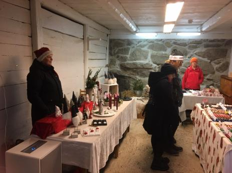 På Hoby Kulle hade man under julmarknaden öppnat upp i de gamla vagnsförråden, där nu försäljarna erbjöd både hantverkt och delikatesser.