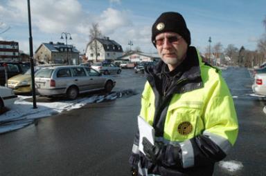Lars Eriksson från Borås Kommuns Parkeringsbolag svarar för att Bollebygdsborna parkerar efter regelboken.