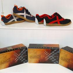 I butiken finns prover på de varor som finns att köpa på www.handbollsbutiken.se
