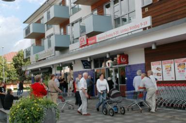 Några minuter innan klockan 11.00 den 16 augusti började kunderna köa utanför ICA Perssons nya affärslokaler.