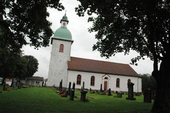 Töllsjö kyrka, mitt i byn sedan 150 år tillbaka.