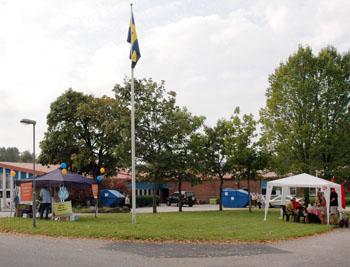De två största partierna i kommunen tältar utanför vallokalen i Bollebygdsskolan.