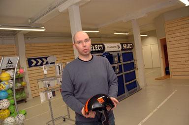 Niklas Löf i världens största handbollsbutik. Nu inrymd i före detta SportJohans lokaler i Olsfors