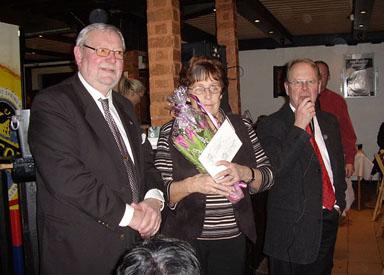Lotterikontrollant Bennie Karlsson, lyckliga vinnaren Mary Gustavsson och kvällens konferencier Claes-Magnus Krok.