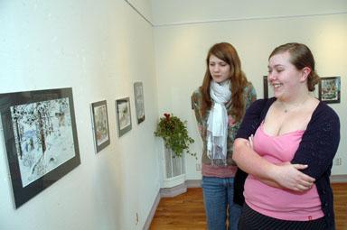 Hanna Müllerström och Anna Olausson gick skrivarkurs på andra våning på biblioteket, tog paus och tittade på Veronicas illustrationer. -Det ser så levande ut, menade Anna Olausson.