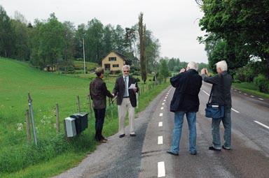 Pressen fotograferar när Sven Hertzman och Christer Johansson gör det brukliga handslaget efter en bra affär.