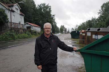 Här, strax väster om Hultafors stationshus, står sopcontainers uppställda idag. -Här ser det många gånger bedrövligt ut. När den nya miljöstationen tas i bruk försvinner sopcontainerna härifrån, säger Paul Orrestrand.