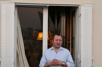 Frederic Blanch utanför Duruflés hemorgel