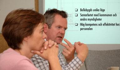 Flüggerkoncernens VD, Sören P. Olesen punktar tre andledningar till att koncernen växer i Bollebygd. Kommunikationschefen lyssnar