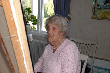 Inger Nedsjö framför sitt bordsstaffli. Motiven hon målar kan du se om du besöker Storåns Café i Rävlanda på lördag.