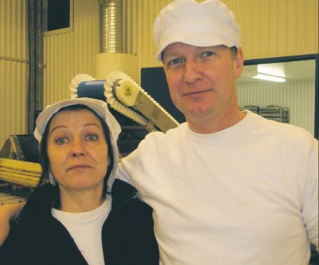 Magnus Knutsson och Pia Jaarnek på Kolafabriken i Bräkne-Hoby har träffat ett avtal med Axfood som innebär att de ska leverera konfekt till 400 butiker varje vecka.