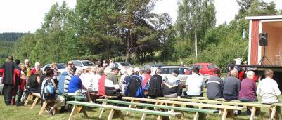 Många personer samlades uppe på ängen i Almsjönäs för att vara med om invigningen