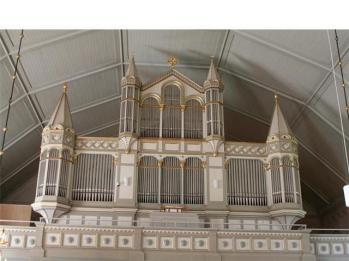 De prydligt arrangerade raderna av likadana pipor i Enångers vidsträckta A.V.Lundahl-fasad från 1880 är garanterat ljudlösa.